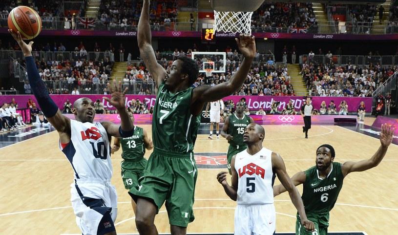 Al-Farouq Aminu z Nigerii próbuje zablokować gwiazdę reprezentacji USA Kobe Bryanta /PAP/EPA