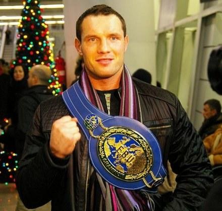 Albert Sosnowski prezentuje pas mistrza Europy /bokser.org