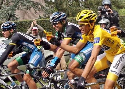 Alberto Contador i partnerzy z grupy Discovery popijają szampana /AFP