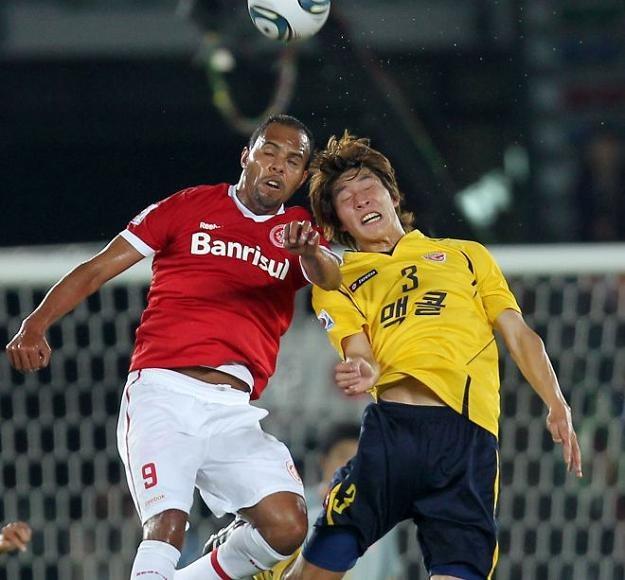 Alecsandro (z lewej) strzelił dwa gole dla Internacional Porto Alegre /AFP