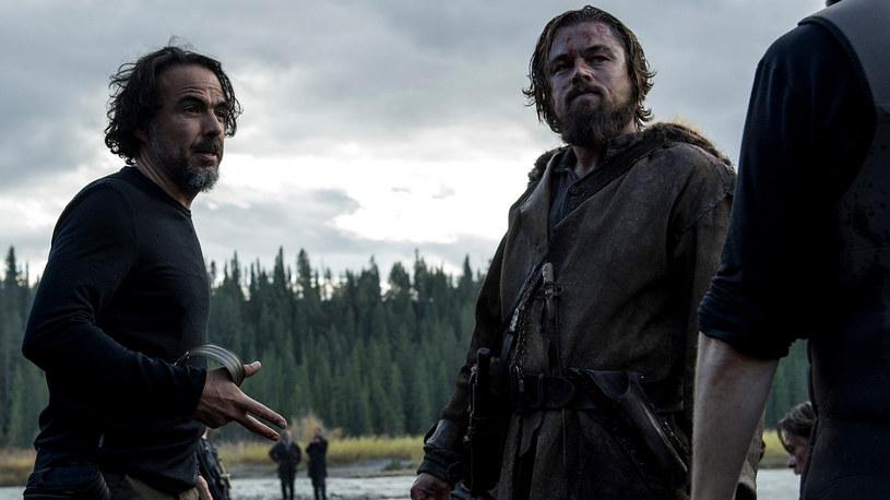 """Alejandro Gonzalez Inarritu i Leonardo DiCaprio na planie """"Zjawy"""" /materiały dystrybutora"""