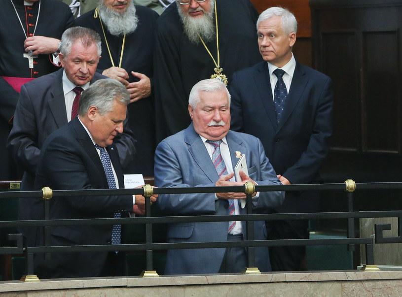 Aleksander Kwaśniewski i Lech Wałęsa podczas zaprzysiężenia Andrzeja Dudy /PAP/Rafał Guz /PAP