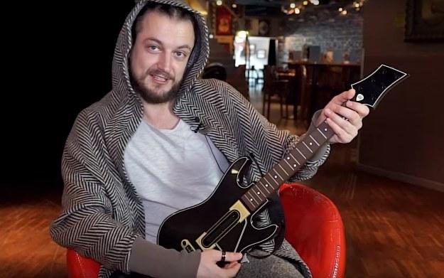 Aleksander Milwiw-Baron w trakcie testowania Guitar Hero Live - fragment filmu zamieszczonego w serwisie YouTube.com/kanał: cdp.pl /materiały źródłowe