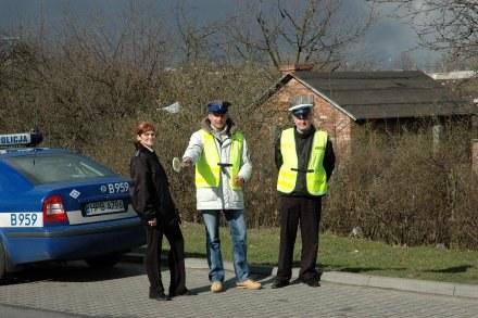 Aleksander Ptak (z lizakiem) w stroju policjanta. /Informacja prasowa