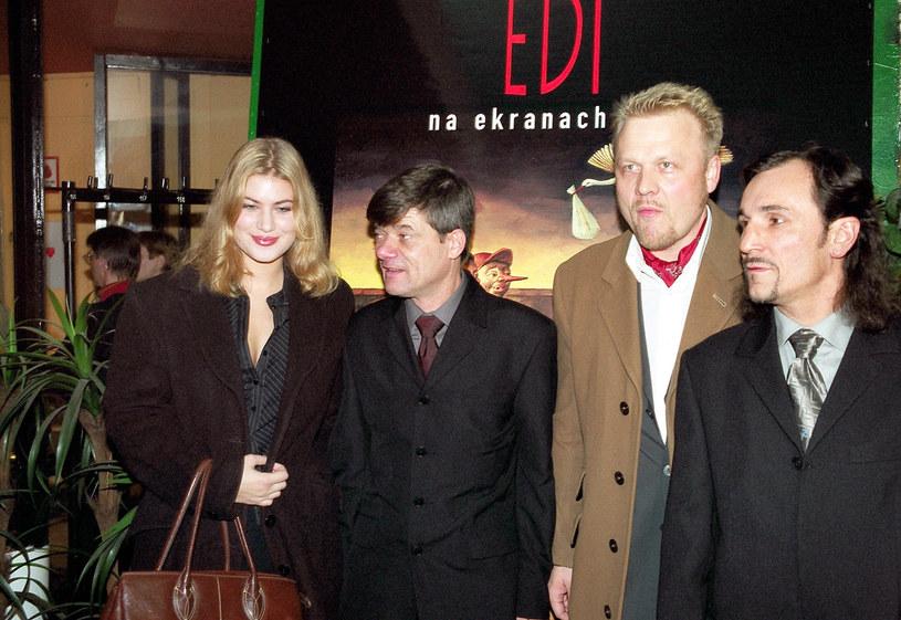 """Aleksandra Kisio, Henryk Gołębiewski, Jacek Lewartowicz i Grzegorz Stelmaszewski na premierze filmu """"Edi"""" (2003) /AKPA"""