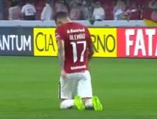 Alemao przeszedł na kolanach całe boisko!