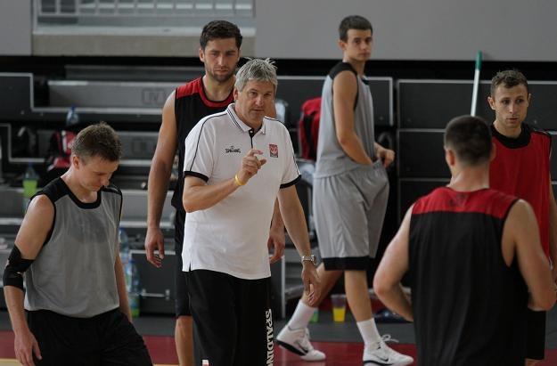 Alesz Pipan (biała koszulka) instruuje polskich koszykarzy/fot. Bartłomiej Zborowski /PAP