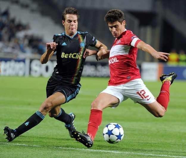 Alex (z prawej) w pojedynku z Cesarem Azpilicuetą z Olympique Marsylia /AFP