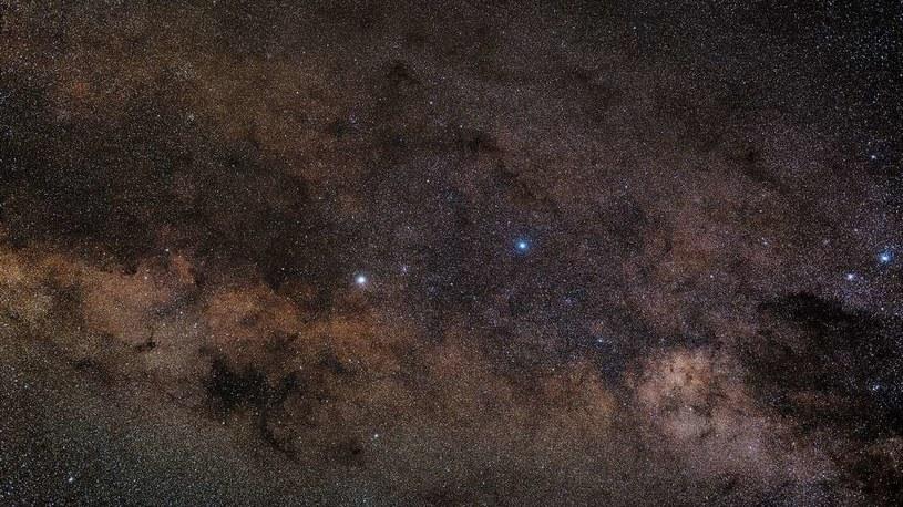 Alfa Centauri to system złożony z trzech gwiazd (najjaśniejszy po lewej) /NASA