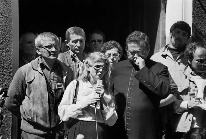 Alina Pienkowska z księdzem Henrykiem Jankowskim 08.1988 r._fot. Jan Juchniewicz/FOTONOVA /East News
