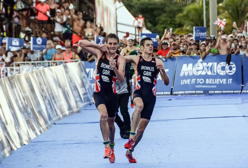 Alistair i Jonny Brownlee na pamiętnym finiszu zawodów w Meksyku /East News