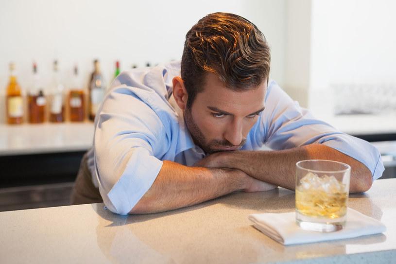 Alkoholicy wysokofunkcjonujący nie zwracają uwagi swoim nałogiem. Najczęściej piją w domowym zaciszu /©123RF/PICSEL