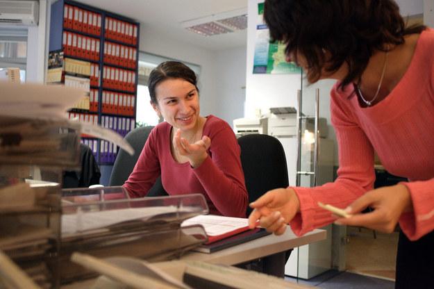Alla Radzimovska (po lewej)  ukrainska pracowniczka firmy Polfrost podczas pracy w biurze firmy. Fot: Piotr Małecki / Forum /&nbsp