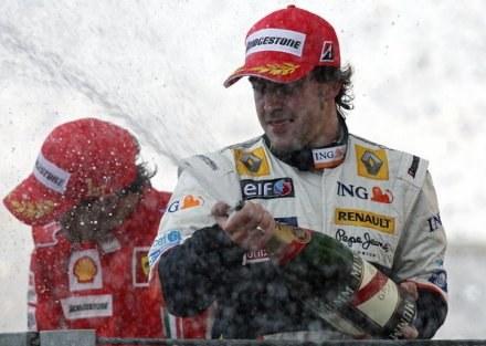 Alonso dwa razy triumfował w Walencii. Czy wygra po raz trzeci? /AFP