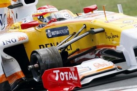 Alonso nie wiedział o luźnej nakrętce /AFP