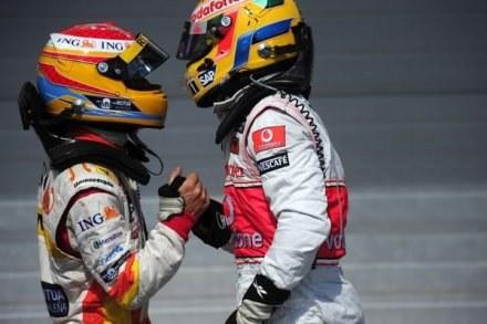 Alonso (z lewej) uważa że Hamilton i Vettel świetnie rokują na przyszłość /AFP