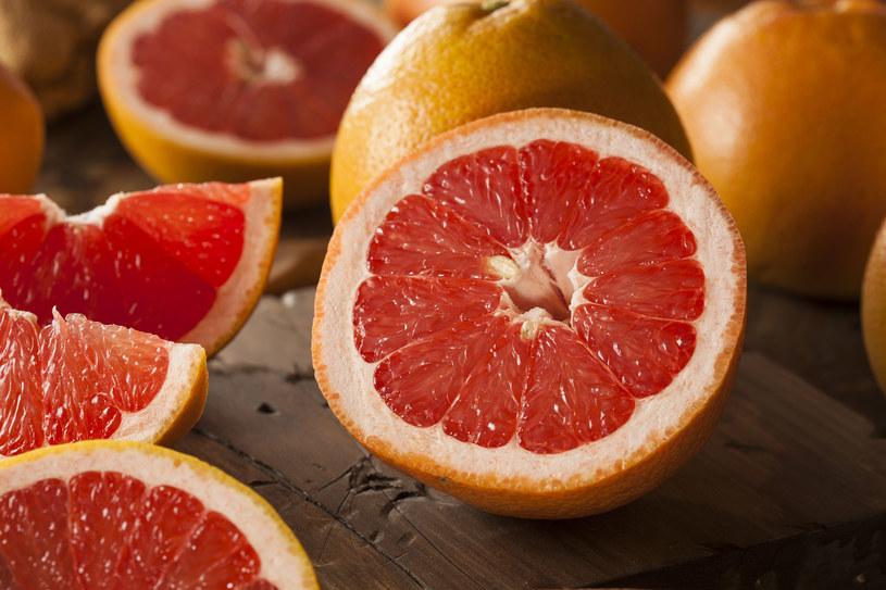 Alternatywą dla wypicia szklanki wody z cytryną może być zjedzenie grejpfruta na czczo /©123RF/PICSEL