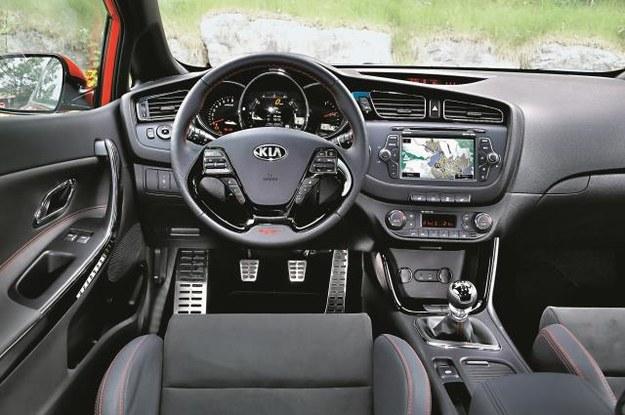 Aluminiowe pedały, czerwona nitka na kierownicy i boczkach drzwi to sportowe atrybuty GT. Jakość – pierwszorzędna. /Mat. Prasowe