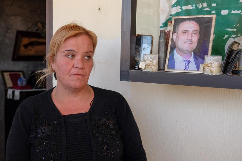 Amalia przed własnym domem. W tle wizerunek przedstawiający zmarłego tragicznie męża /Paweł Krawczyk /INTERIA.PL