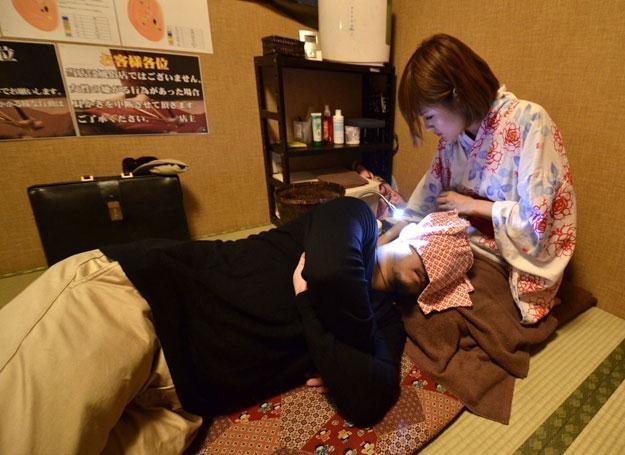 Amane czyści uszy swojego klienta Takahisy Kobayashi /AFP