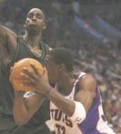 Amare Stoudemire (Phoenix Suns) i Kevin Garnett (Minnesota Timberwolves) /AFP