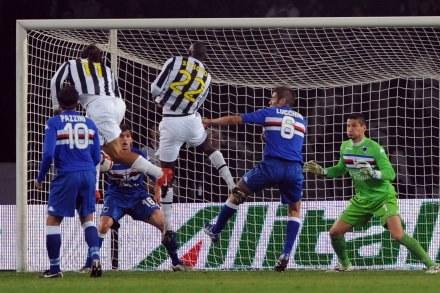 Amauri Carvalho de Oliveira strzela gola dla Juventusu w meczu z Sampdorią. /AFP