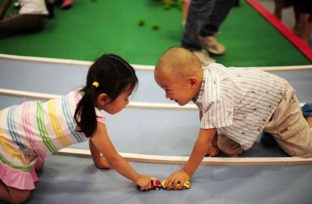 Ambitni rodzice z Hongkongu dbają o to, by ich dzieci już od kołyski szlifowały język angielski/AFP /New York Times/©The International Herald Tribune