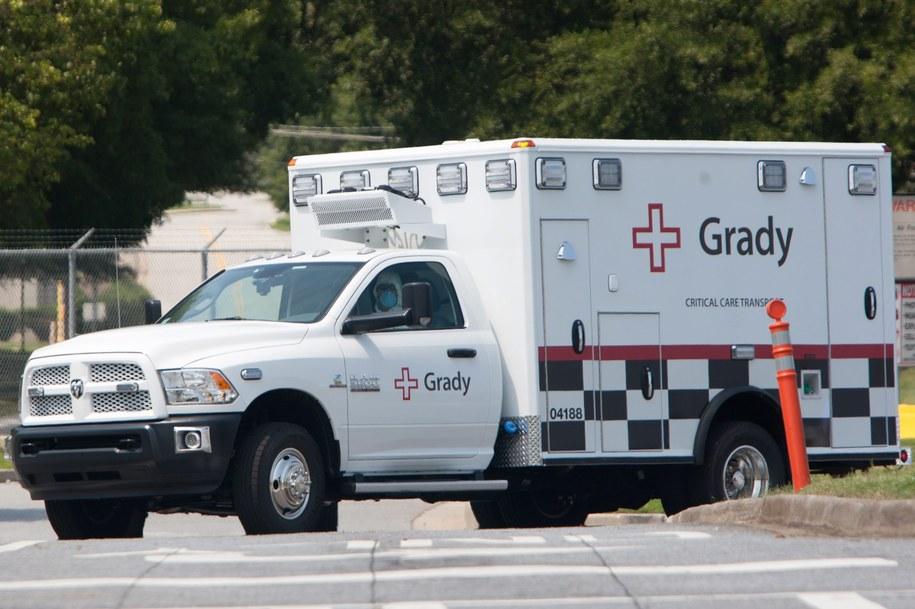 Ambulans przewozi zarażoną do szpitala /BRANDEN CAMP /PAP/EPA