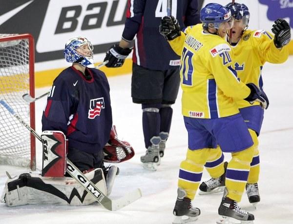 Amerykanie na kolanach, Szwedzi górą /AFP