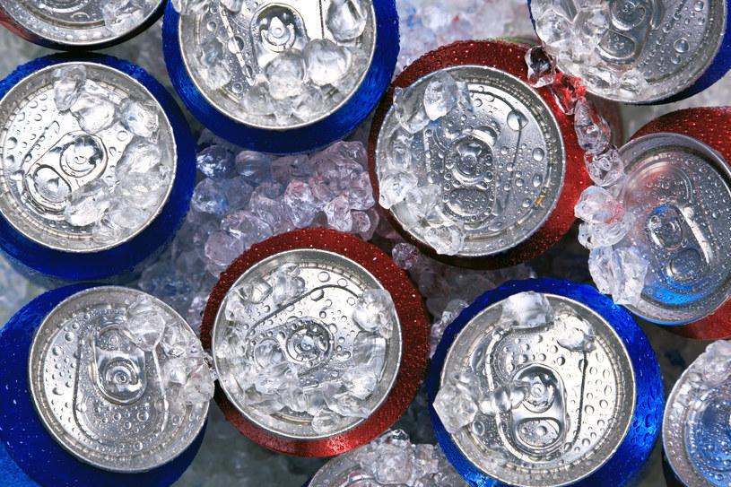 Amerykańscy badacze twierdzą, że nie powinniśmy popijać jedzenia słodkimi napojami gazowanymi /© Glowimages