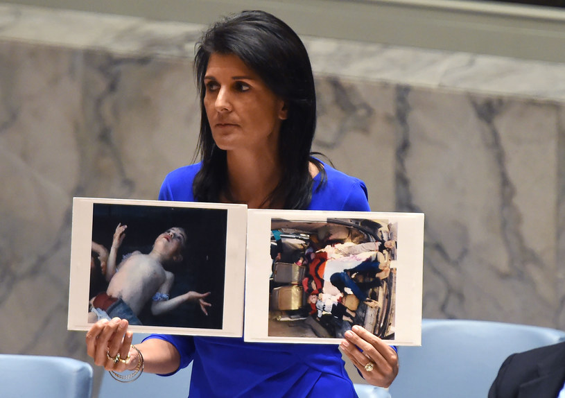 Amerykańska ambasador Nikki Haley pokazująca fotografie ofiar ataku chemicznego w syryjskiej miejscowości Chan Szajchun /AFP