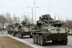 Amerykański konwój jedzie przez Polskę