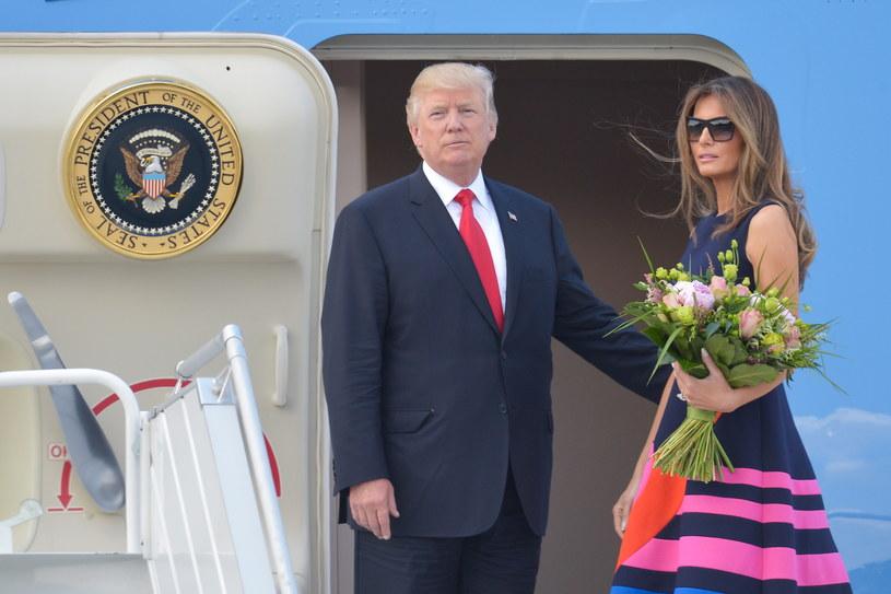 Amerykański prezydent Donald Trump  z małżonką Melanią wchodzą na pokład samolotu Air Force One lotnisku w Warszawie /Marcin Obara /PAP