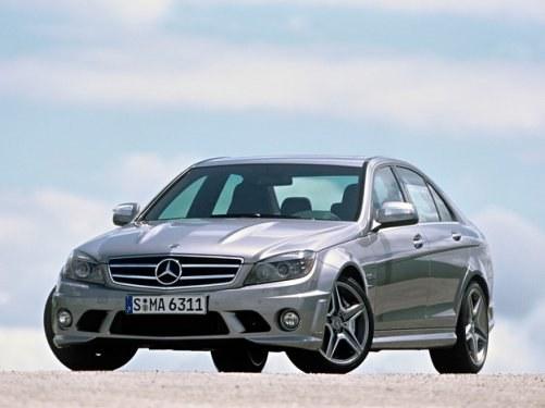 AMG wyróżnia się wybrzuszeniami na masce. Seryjne koła mają rozmiar 255/35 R 18. /Mercedes