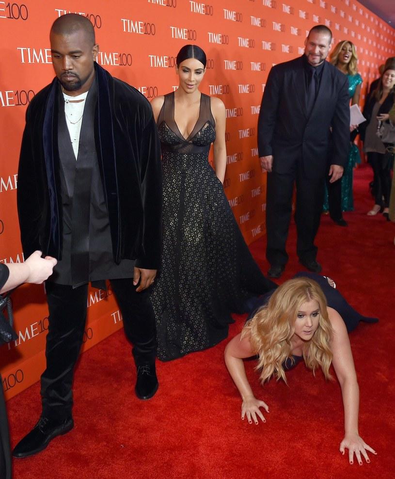 Amy Schumer udowodniła, że bawić potrafi się też na czerwonym dywanie /AFP