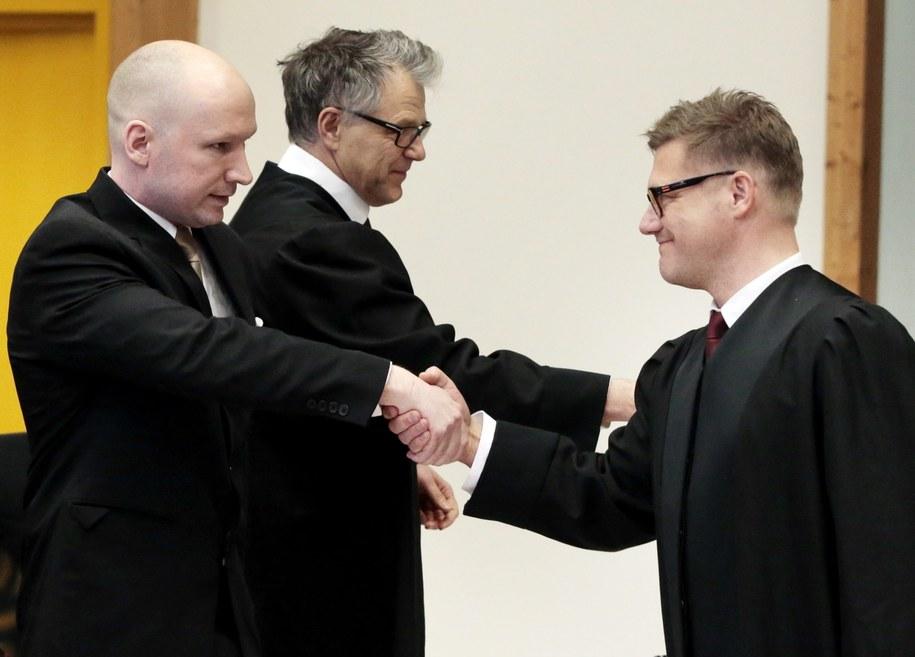 Anders Behring wita się z Mariusem Emberlandem, prawnikiem reprezentującym norweski rząd. /LISE ASERUD /PAP/EPA