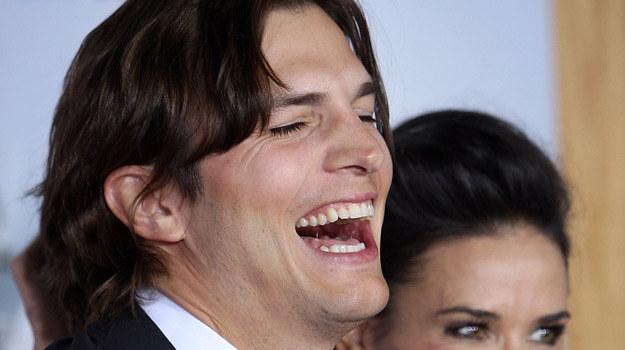 Ashton Kutcher dwoi i troi swoje przychody. Nic dziwnego, że jest mu do śmiechu /AFP