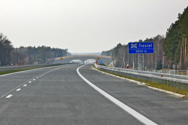 Autostrad A 2 stanowi niebezpieczną zachętę dla niemieckiego kapitału, który dotychczas po przejechaniu góra trzydziestu kilometrów po naszych drogach wracał w popłochu do domu, nie chcąc narażać swoich wypieszczonych mercedesów i bmw na uszkodzenie podwozia /PAP