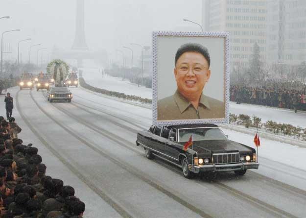 Czy wypada, by na pogrzebie  Ukochanego Przywódcy wykorzystywane były lincolny? /AFP