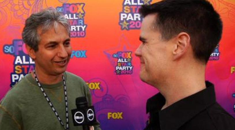 David Shore (po lewej) rozmawia z Michaelem Ausiello z EW.com /YouTube