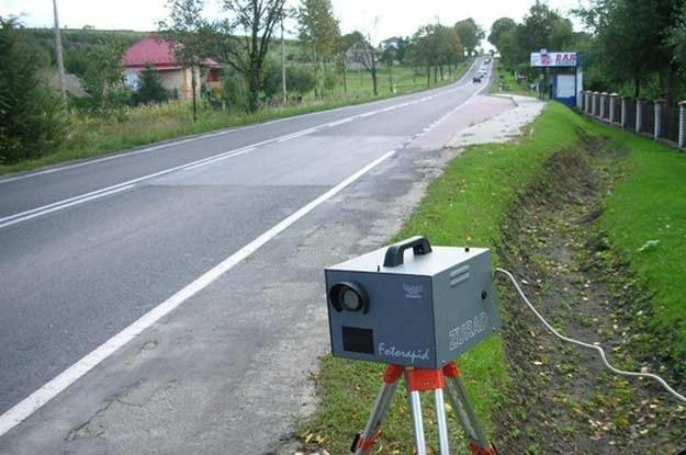 ...dostrzegam stojący na poboczu fotoradar Straży Miejskiej