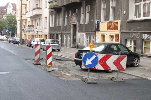 Drogowcy położyli asfalt na całej jezdni, z wyjątkiem miejsca, w którym stoi auto /RMF FM