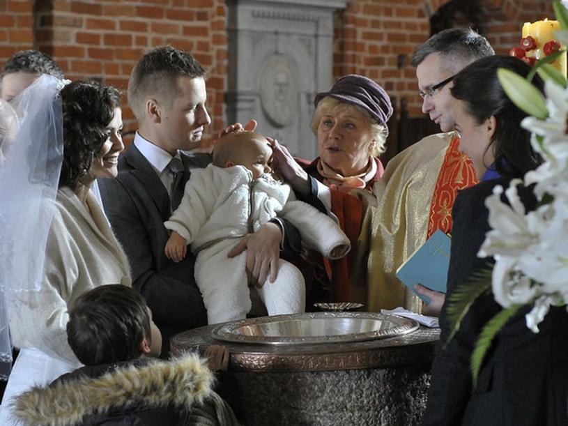 Dwa w jednym... Zaproszeni goście mieli okazję przeżyć dwie piękne uroczystości - ślub i chrzest. /Ga??zka /AKPA