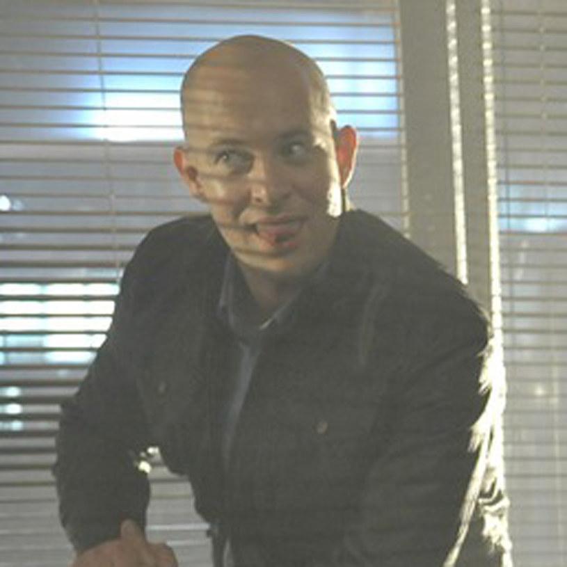 Inspektor Radwan (Szymon Bobrowski) to cholernie silna osobowość. Ale nawet jemu zdarza się czasem zrobić głupią minę /Baranowski /AKPA