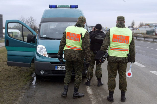 Internetowi kpiarze sugerują, by prawo do karania zbyt szybkich kierowców przyznać również straży pożarnej, kominiarzom i harcerzom /Fot. Artur Barbarowski /East News