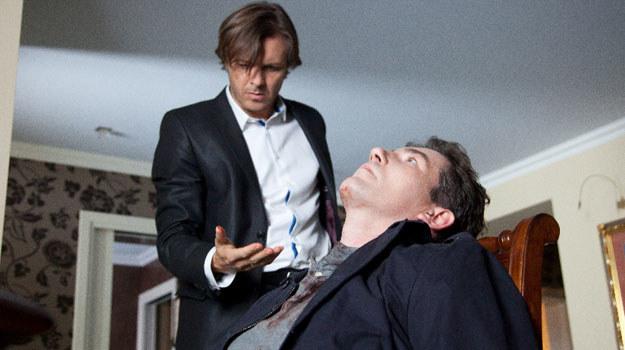 Kiedy do drzwi dzwoni policja (wezwana przez Iwonę), Andrzej cały ubrudzony krwią, otwiera drzwi. Zostaje aresztowany. /Agencja W. Impact