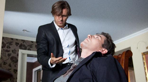 Kiedy do drzwi dzwoni policja (wezwana przez Iwonę), Andrzej cały ubrudzony krwią, otwiera drzwi. Zostaje aresztowany /Agencja W. Impact