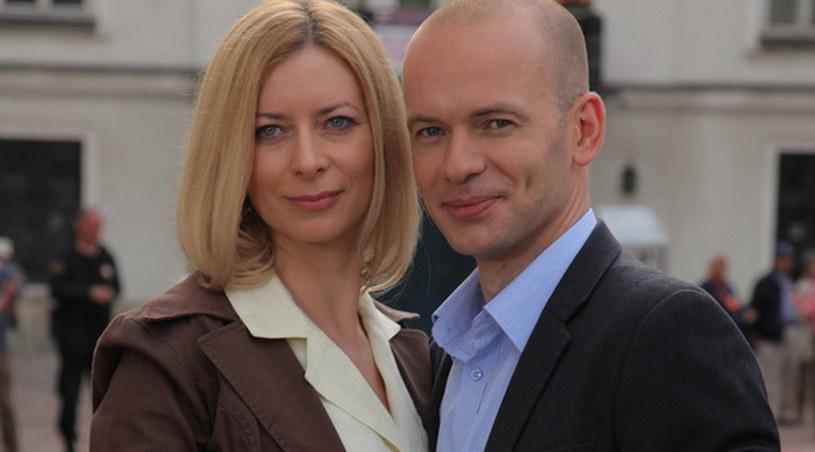 Mecenas Kotowski (Grzegorz Mieczarek) i Anna Olkowicz (Ewa Kaim). /Agencja W. Impact