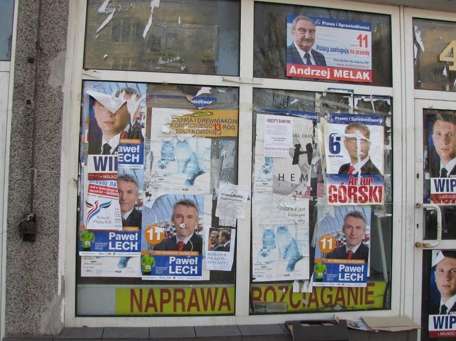 Miesiąc po wyborach plakaty wciąż szpecą ulice polskich miast /Piotr Glinkowski /RMF FM