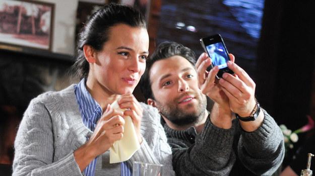 Monika i Artur zrobią sobie wspólne zdjęcie telefonem podczas randki /Agencja W. Impact